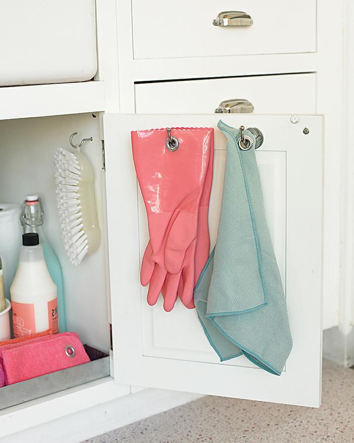 ideas sobre como guardar los guantes y trapos para limpiar en casa, fantasticas ideas sobre como ordenar la cocina paso a paso
