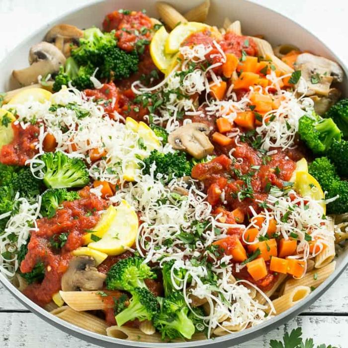 pasta con salsa de tomates, brocoli, setas, batatas y queso rallado, comidas fitness para toda la familia, que comer despues de entrenar