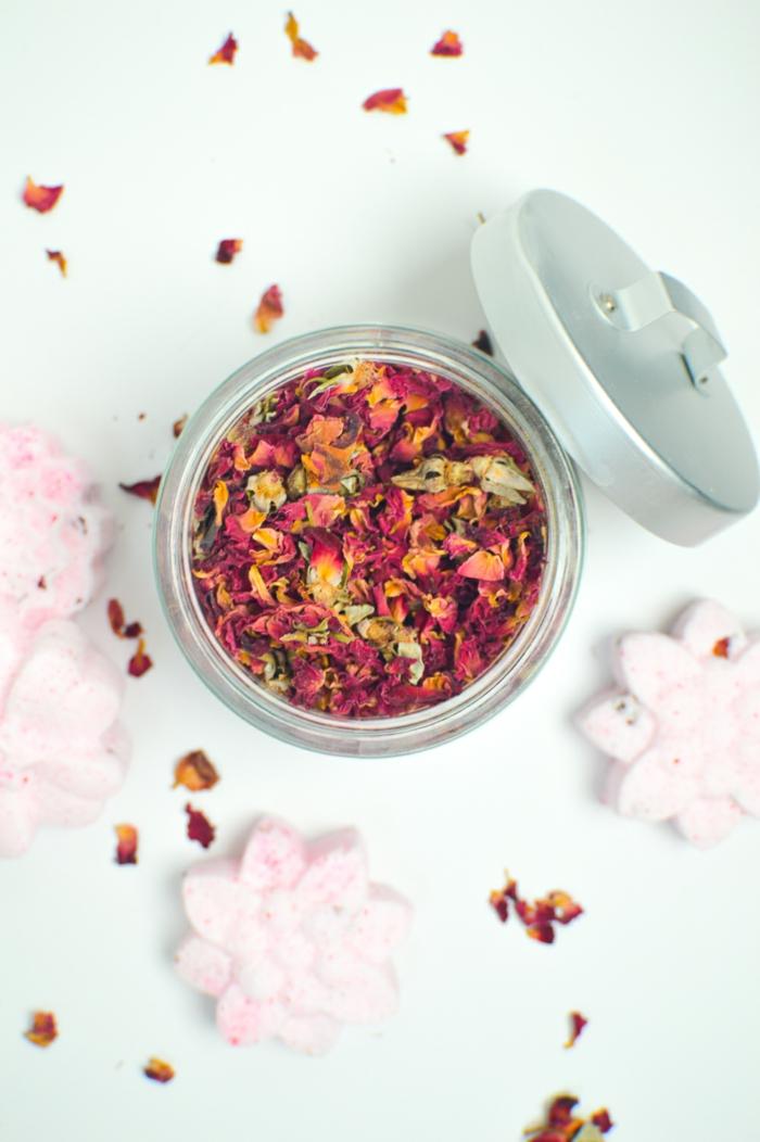bombas de baño en forma de flores en color rosado, como hace bombas de baño con pétalos de rosas secados