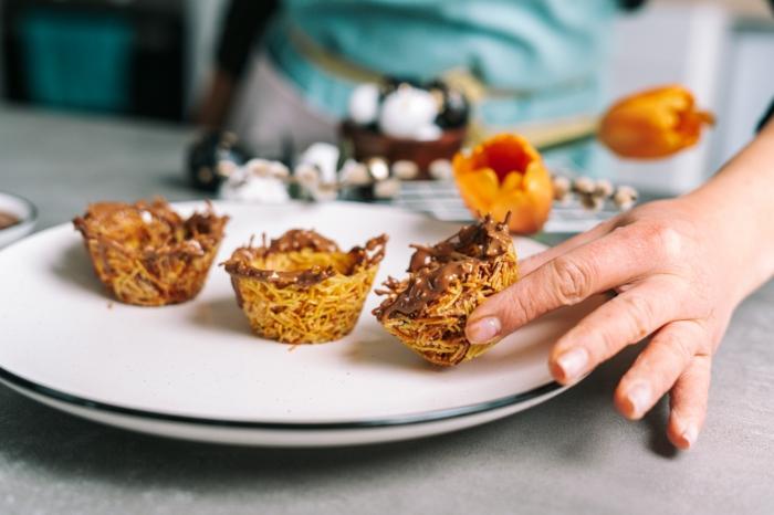 geniales ideas de decoracion pascua, postre simpatico y facile de hacer, dulces de semana santa, nidos de fideos con mantequilla