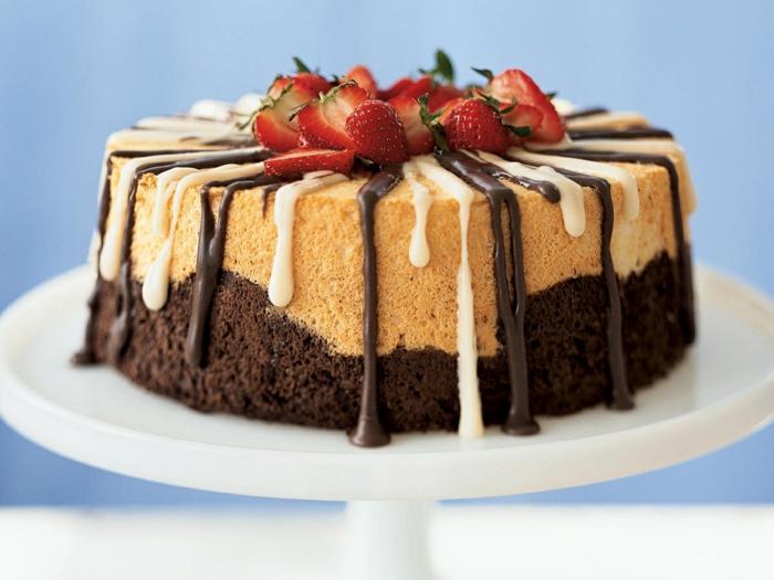 tarta de bizchocho con vainilla y cacao y fresas frescas, ideas de psotres de fresas faciles de hacer, como hacer tarta de bizcocho