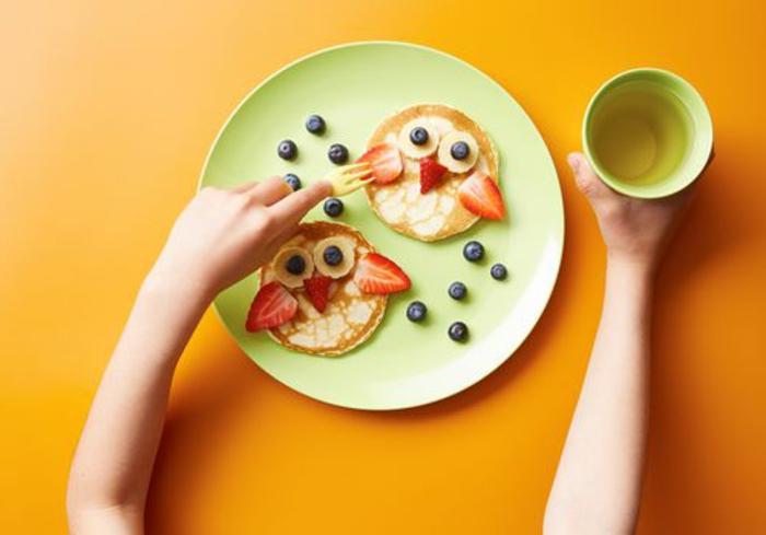 crepes pequeños adornados como pollos, crepes con frutas, ideas de desayunos saludables y ricos para los niños
