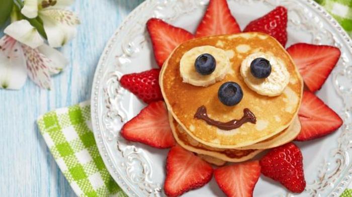 crepes con arándanos y fresas, ideas de comidas divertidas para los mas pequeños, recetas de cocina faciles y sanas