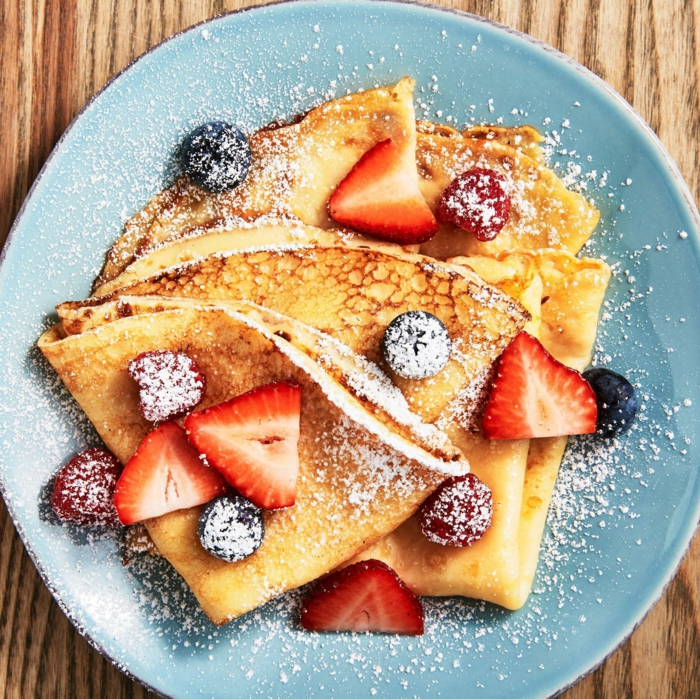 crepes super ligeras con arandanos y fresas, las mejores recetas caseras de dulces para desayunar, recetas de cocina faciles y sanas