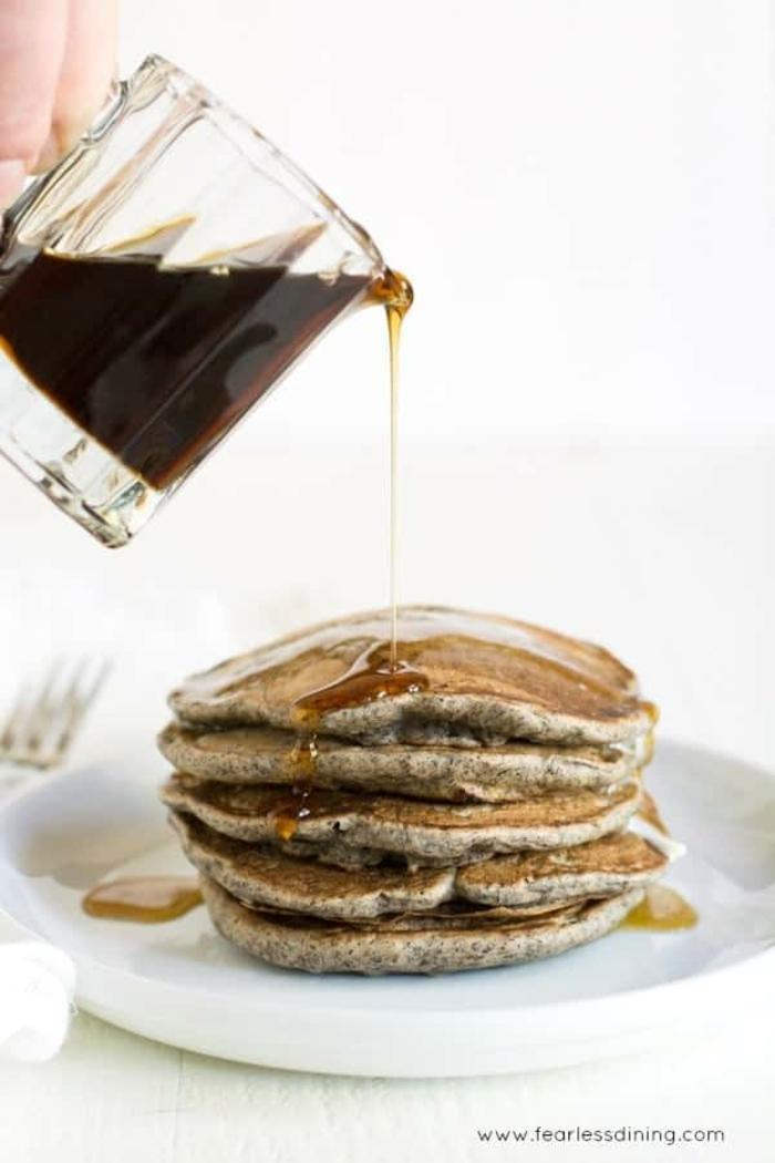 crepes integrales con chia y jarabe de acre, recetas de cocina faciles y sanas, fotos de desayunos ricos para pequeños y adultos