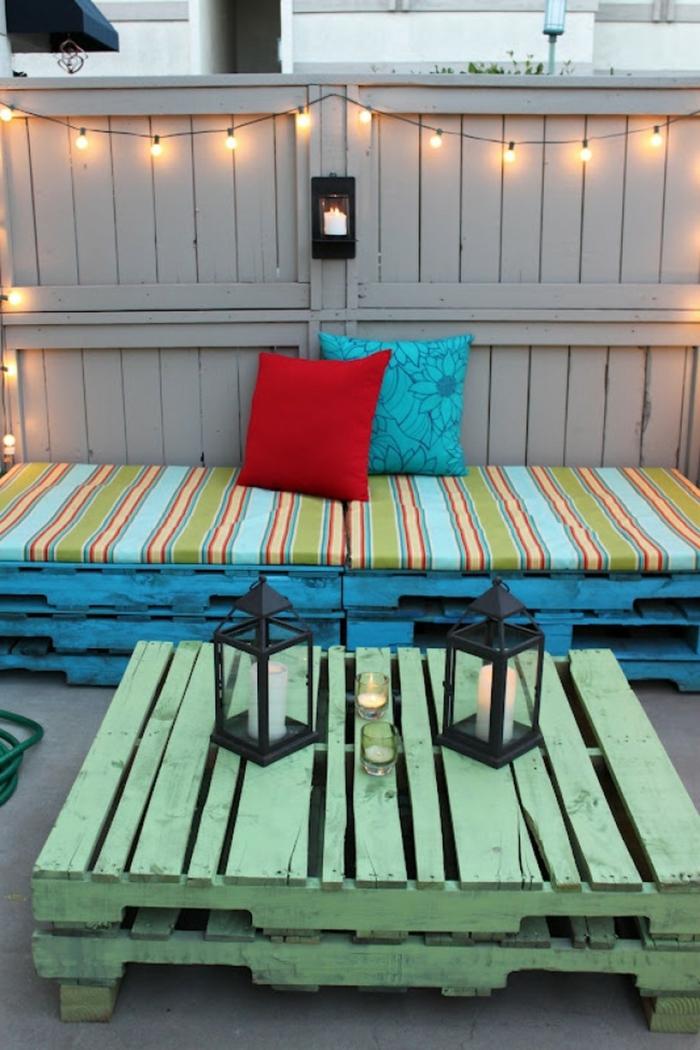 ideas para decorar la terraza, muebles hechos con materiales de reciclaje, mesa de palets pintada en color verde, decoracion con palets