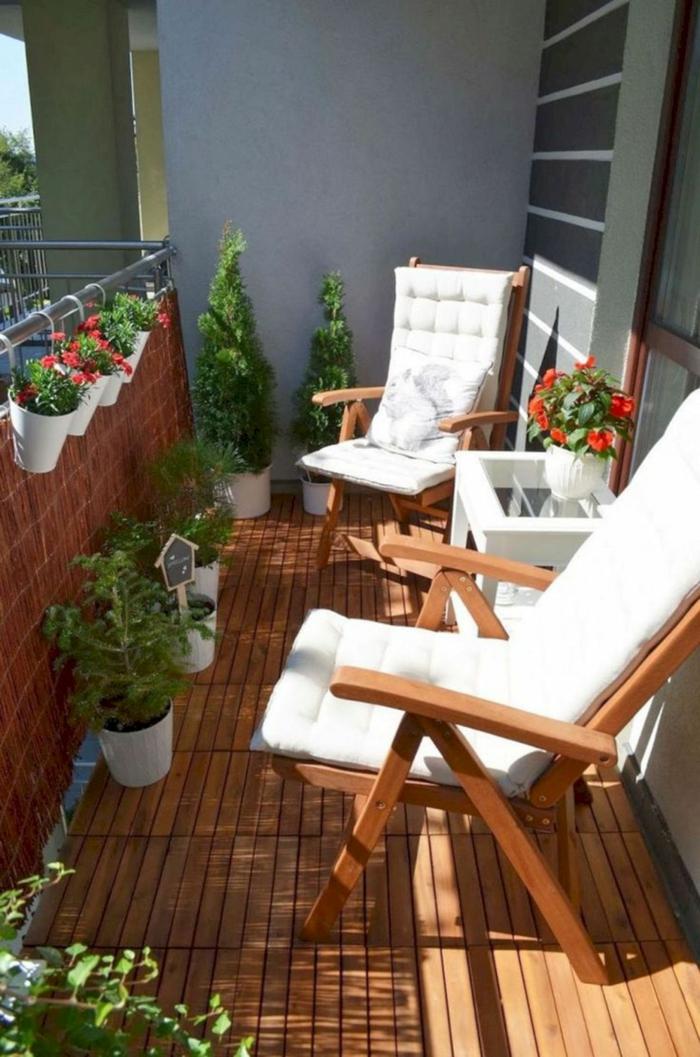 pequeño espacio decorado con muchos arbustos y flores, ideas terraza pequeña, como escoger los muebles para la terraza