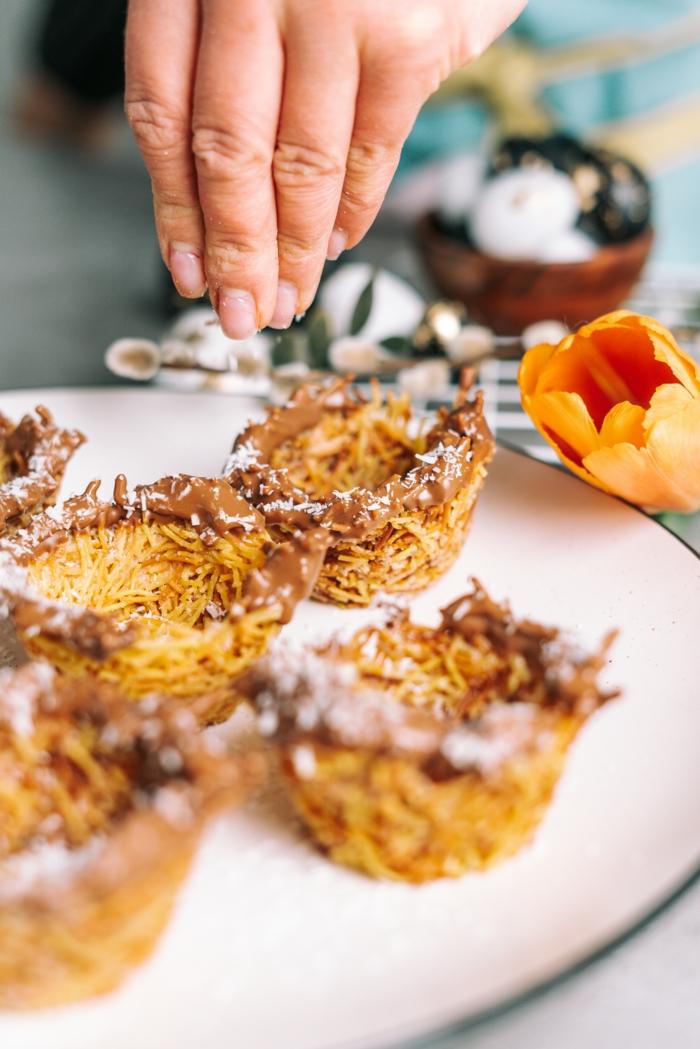 nidos de pasta fideos con mantequilla chocolate derretido y ralladura de coco, dulces de semana santa originales y faciles