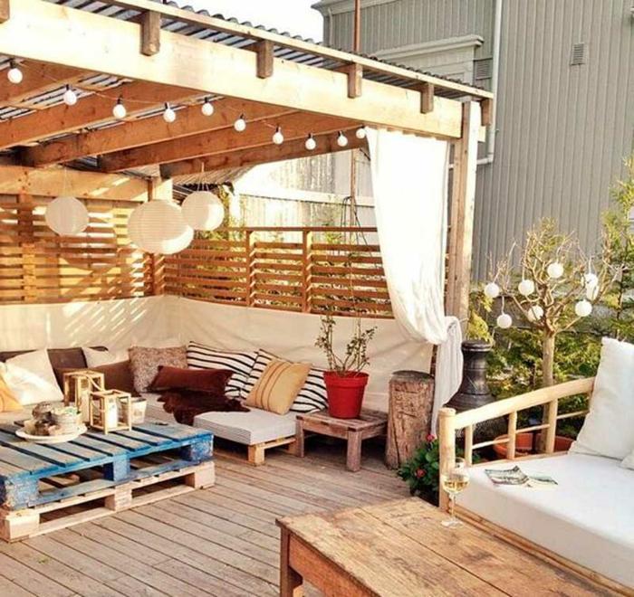 como hacer muebles con palets, grande terraza decorada con sofá y mesa de palets, ideas de terrazas decoradas con recclaje
