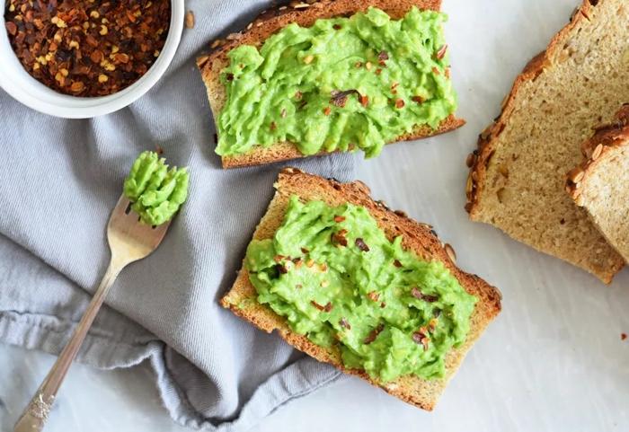 tostadas integrales con aguacate machacado y pimienta roja, mas de 80 ideas de desayunos saludables para niños con algunas recetas