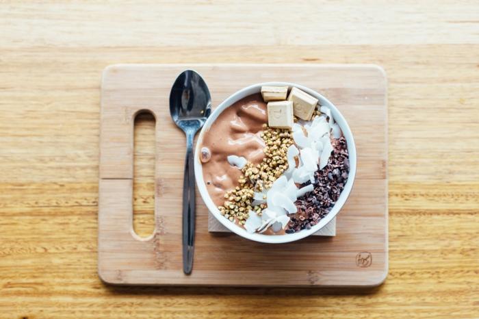 batidos proteicos con yogur, mantequilla de mani, ralladura de coco, semillas, alimentos con proteinas para desayunar