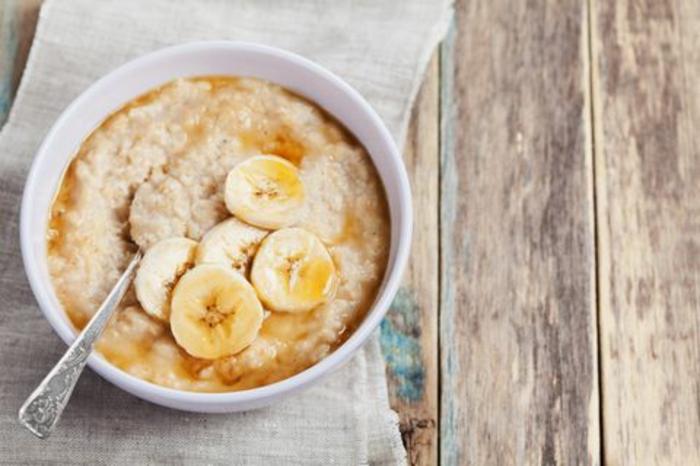 desayuno con avenas, jarabe de acre y plátano, recetas faciles y saludables para desayunar, desayunos ricos y nutritvos