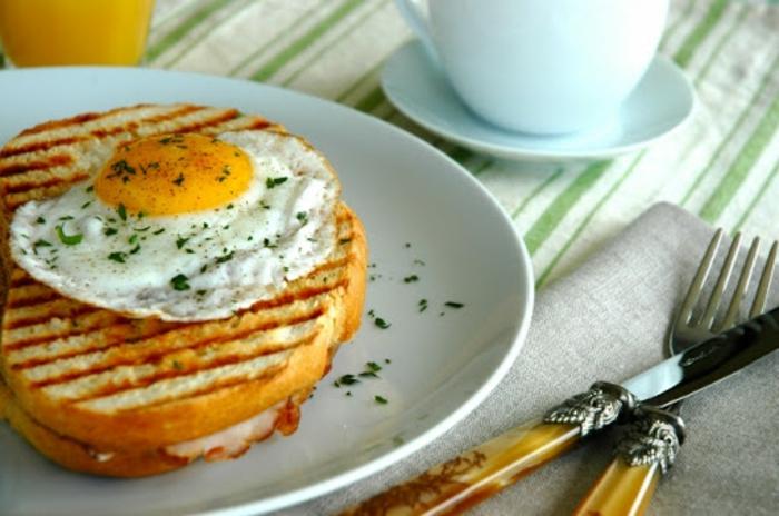 bocadillo con tostadas y huevo frito, las mejores ideas de desayunos nutritivos con huevos para toda la familai en fotos