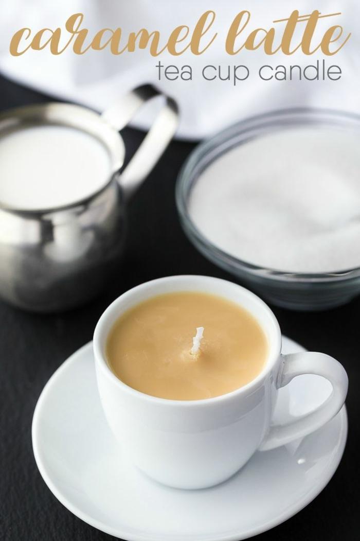 regalos para madres de 60 años, velas aromáticas en una taza de café, ideas de regalos originales y faciles de hacer en casa