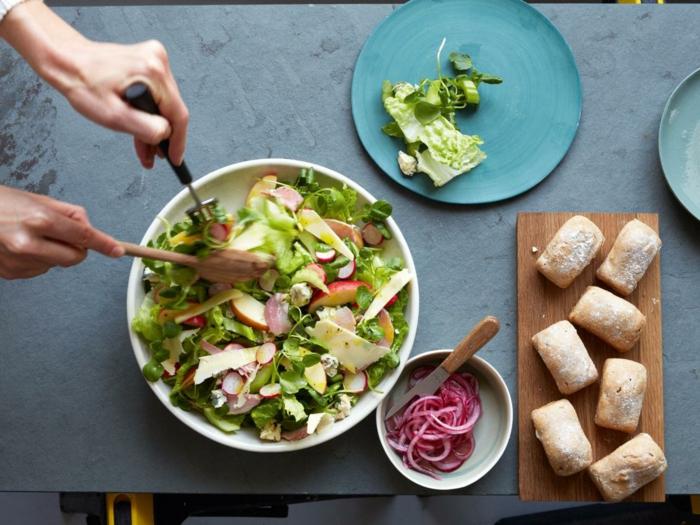 panes caseros hechos con harina integral y grande ensalada con verduras, mas de 90 ideas sobre comer sano despues de entrenar