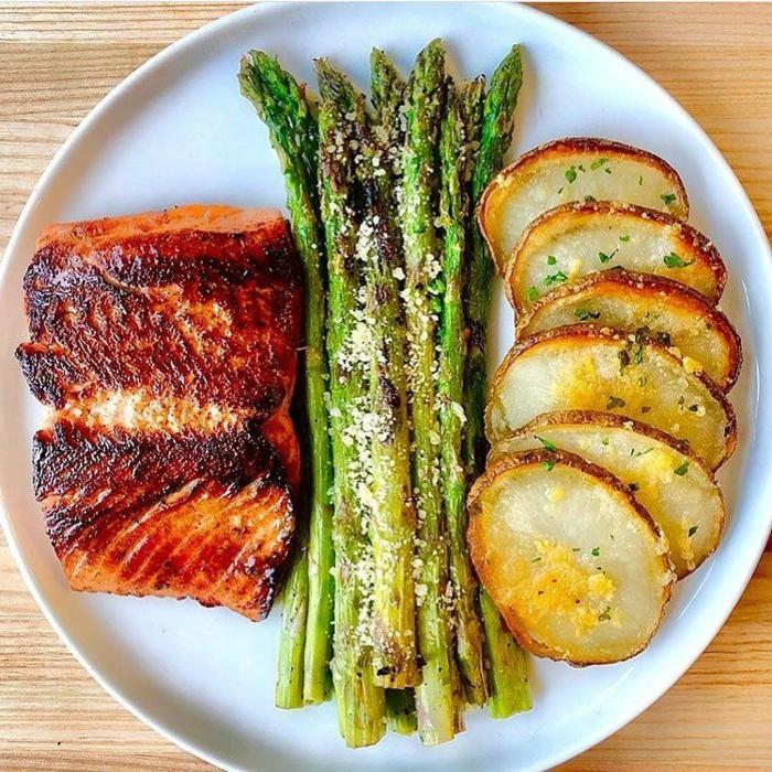 salmón con esparragos a la parilla y papas al horno, comidas para una dieta saludable y equilibrada, platos para gente que hace deporte