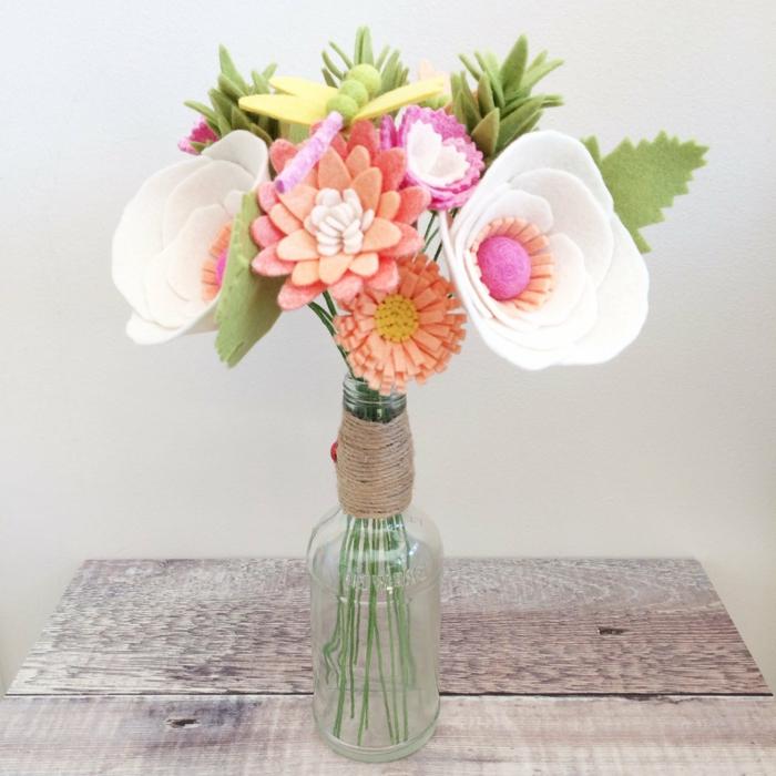 adorable ramo de flores hechas de fieltro, ideas de manualidades de fieltro originales, regalos para madres de 60 años
