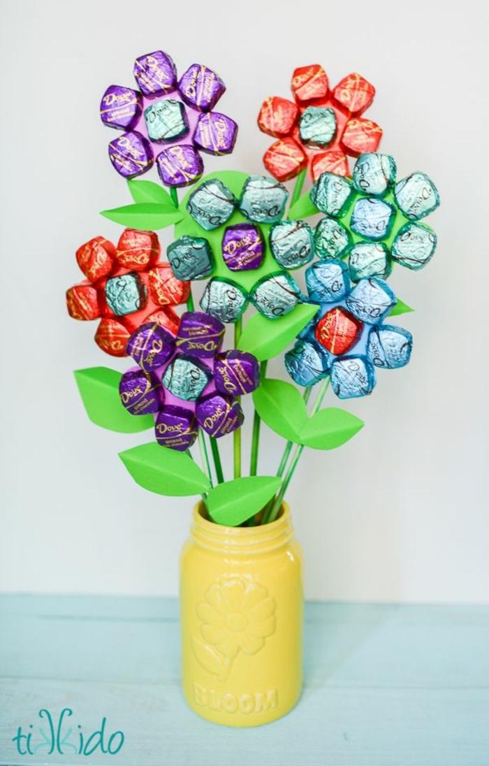 flores de reciclaje, originales ideas de manualidades para el dia de la madre faciles, ideas de regalos para tu madre