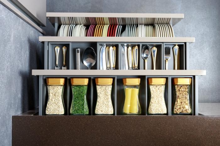 bonito armario con estanterias, frascos reciclados para guardar especias, organizadores ikea originales y bonitos en fotos