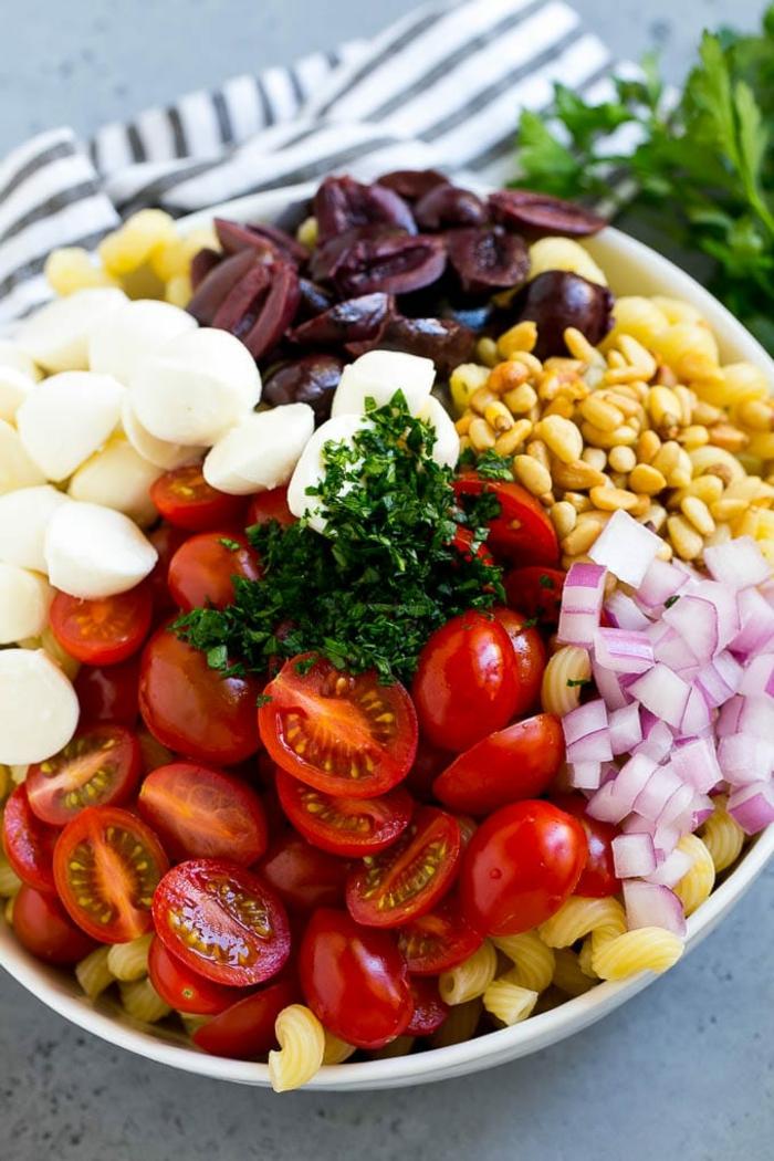 ensalada super nutrivia con maiz, cebolla roja, bolas de mozzarella y aceitunas negras, ideas de comdias para comer despues del fitness