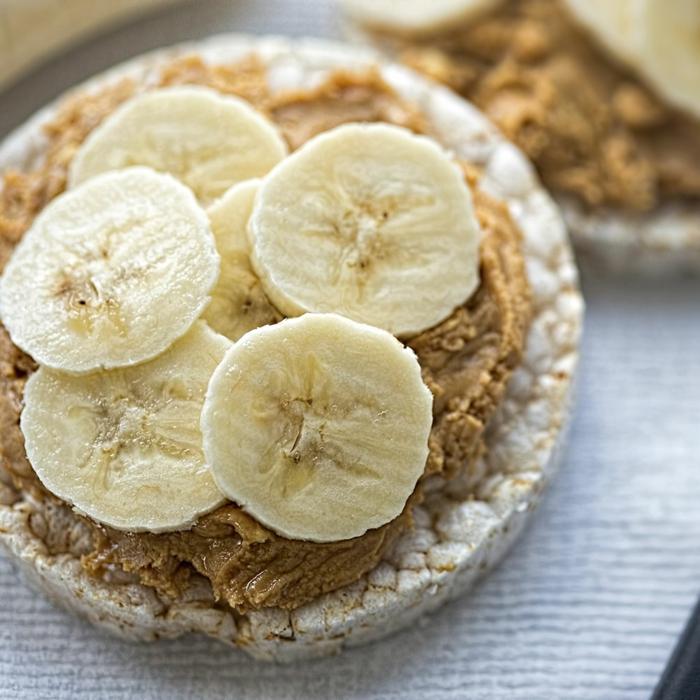 galletas de arroz con mantequilla de mani y platanos, dieta para bajar de peso, fotos de recetas caseras orginales y ricas