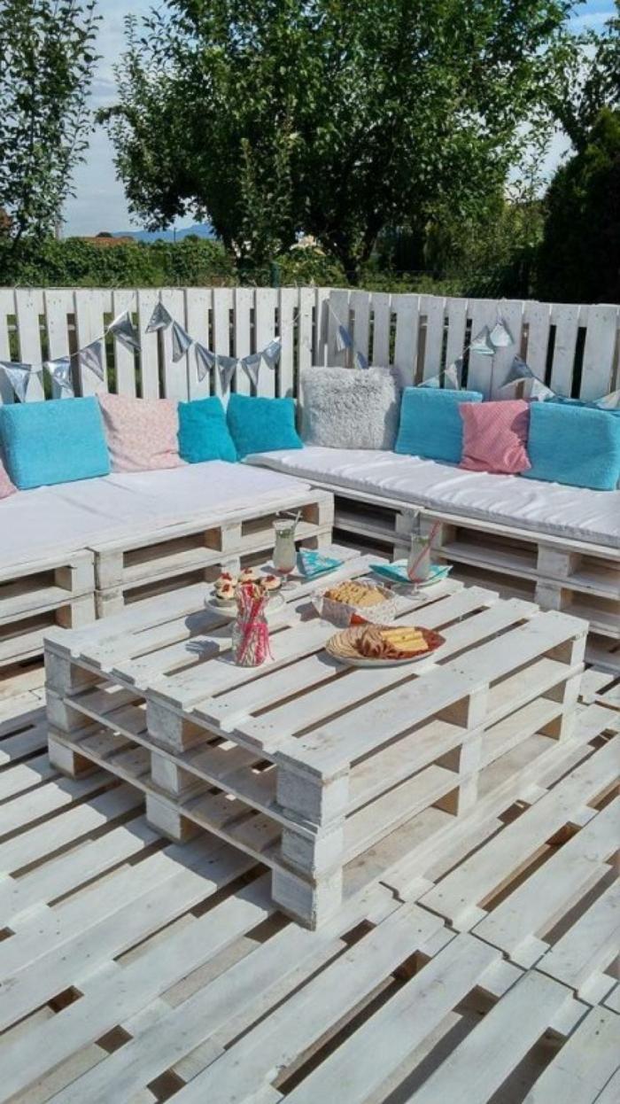 mesas hechas con palets originales, ideas sobre como hacer muebles de palets comodos y modernos, sofas hechos con palets