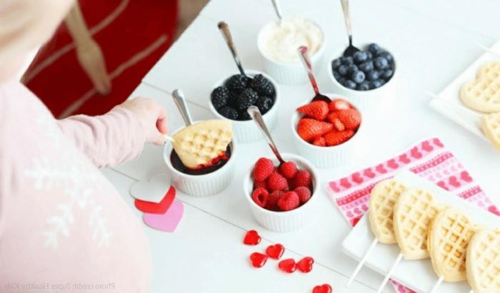 comidas y desayunos con frutas, gofres bajos en calorias en forma de corazon y frutas frescas, recetas de cocina faciles y sanas