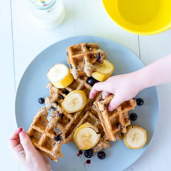 comida sana recetas de gofres intergrales con arándanos y plátanos, las mejores propuestas de desayunos con frutas