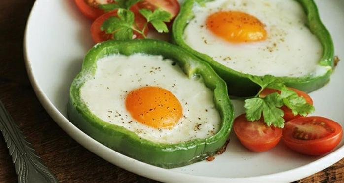 pimientos verdes con huevos estrellados, perejil y tomates uva, comida sana recetas para desayunar con tu pequeño en casa paso a paso