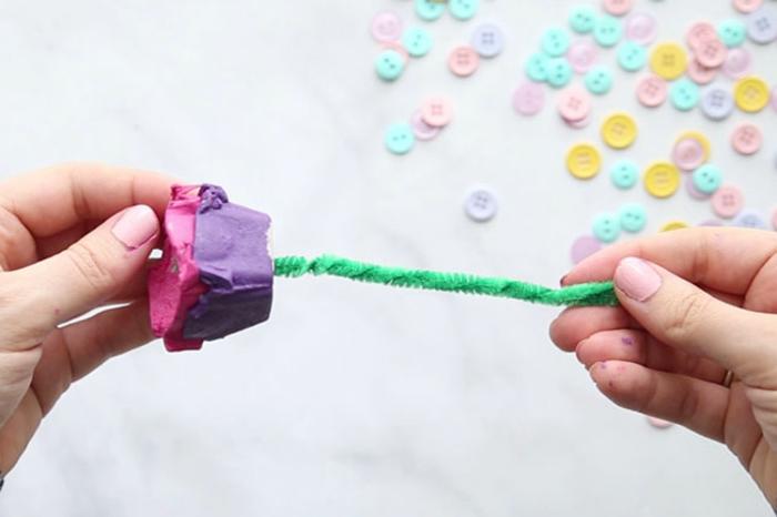 rosa de hueveras de cartón recicladas y pintadas en bonitas colores, ideas de manualidades dia de la madre infantil