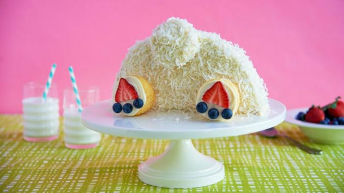tarta blanca con coco decorada como conejo, las mejores recetas para hacer en casa, tartas de pascua ricas y faciles