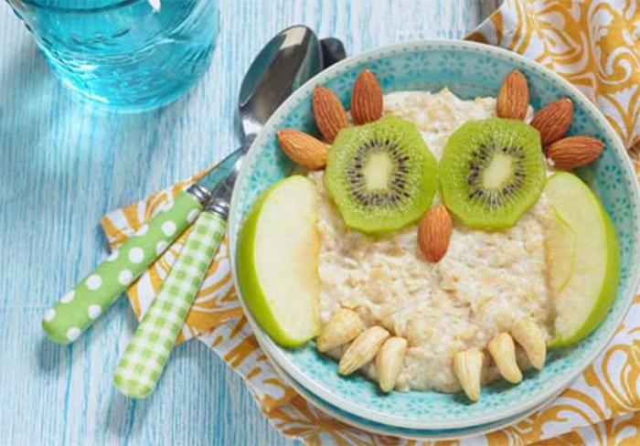 desayunos con cereales ricos y facles de preparar, avenas con anacardos, kiwis, manzanas y almendras, comida sana recetas