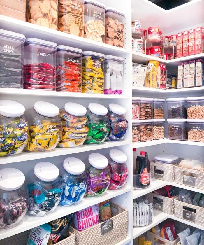 casjas de almacenamiento grandes y funcionales en la cocina, ideas para ordenar bien la cocina, fotos de cocinas modernas