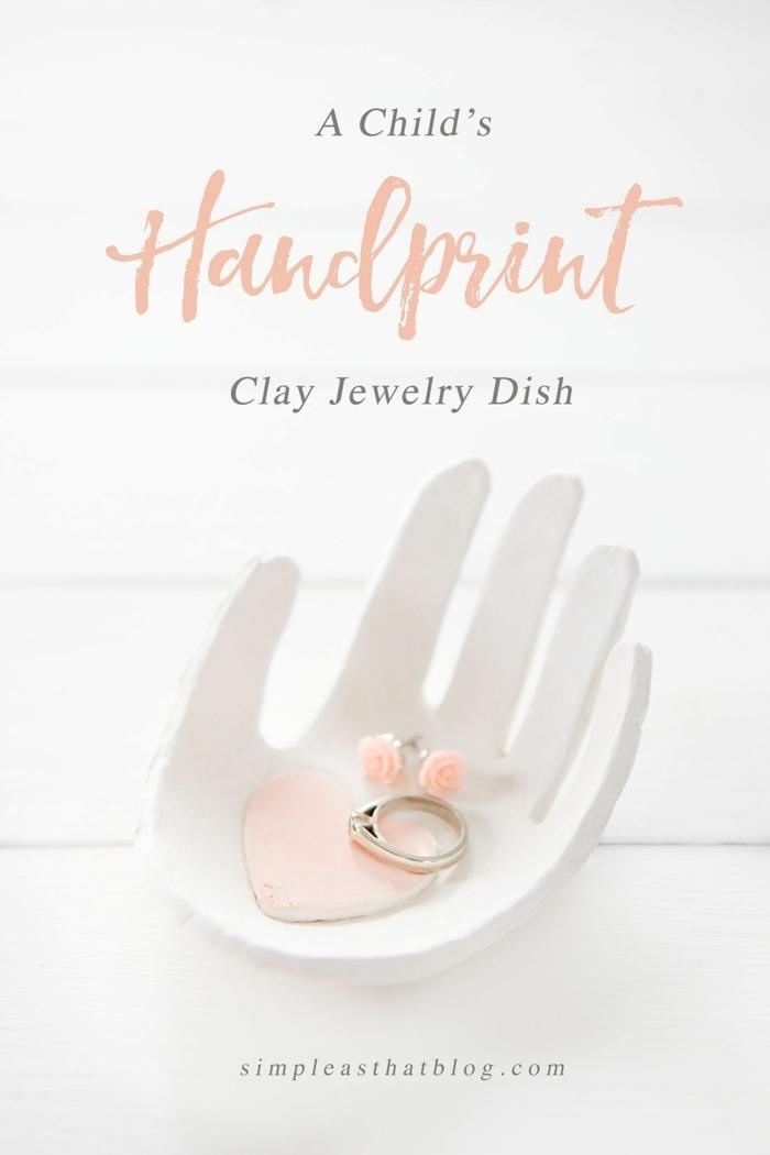 preciosas ideas para el dia de las madres, recipiente para guardar joyas de arcilla en forma de mano, fotos de regalos