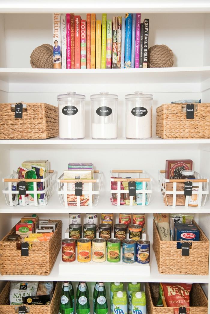 maneras para organziar la cocina, cajas de mimbre funcionales, soluciones de almacenaje modernas para la cocina en fotos