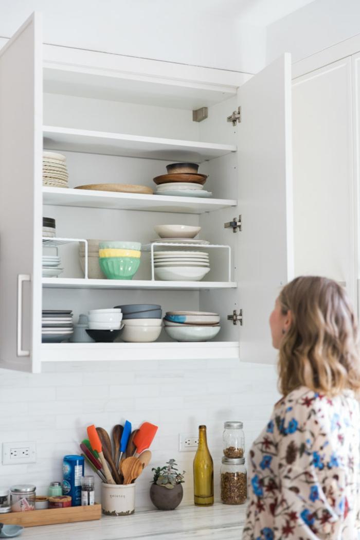 ordenar la cocina, trucos y consejos utiles para una cocina bien organizada, como guardar los platos en el armario trucos