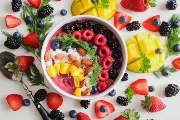 desayuno de yogur con moras, frambuesas, arandanos, almendras, ralladura de coco, comida sana recetas en imagenes