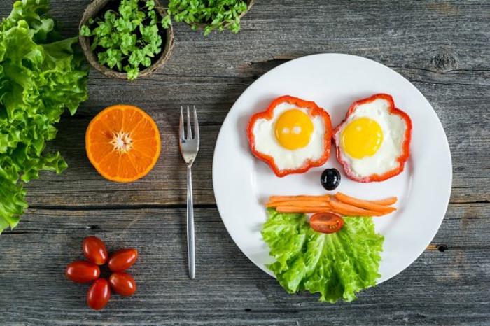 huevos estrellados en pimientos rojos, ideas de recetas caseras ricas y nutritivas con vegetales para desayunar, comida sana recetas