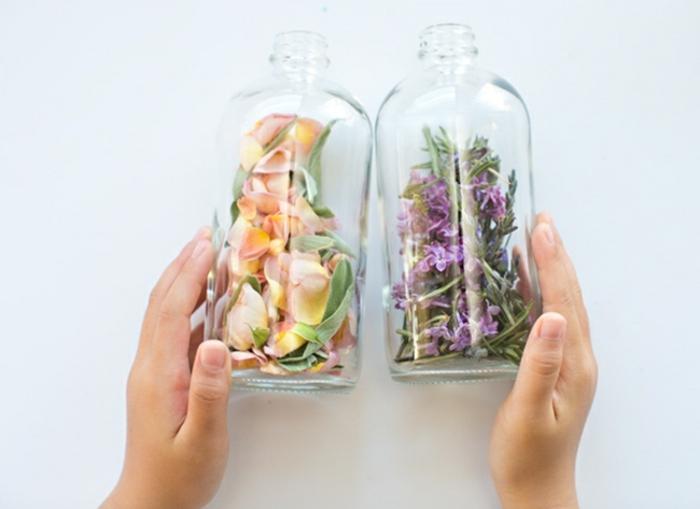 botellas decorativas llenas de flores secas, manualidades para el dia de la madre faciles, ideas de regalos caseros bontios