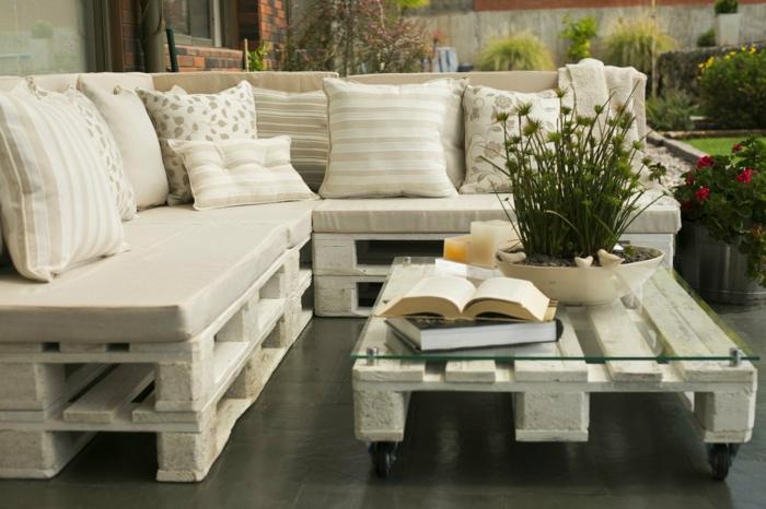 terraa decorada con muebles con pelts, sofá comoda de palets con almohadas decorativas en color beige y mesa de palets