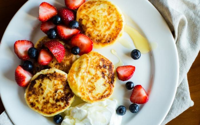 mini crepes con fresas y arándanos, desayunos con frutas ligeros, ideas de comidas para bajar de peso, fotos de comidas ricas