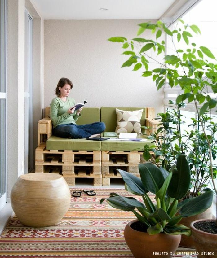 bonita sofa hecha con palets, terrazas grandes decoradas con muchas plantas verdes, decoracion con palets en fotos