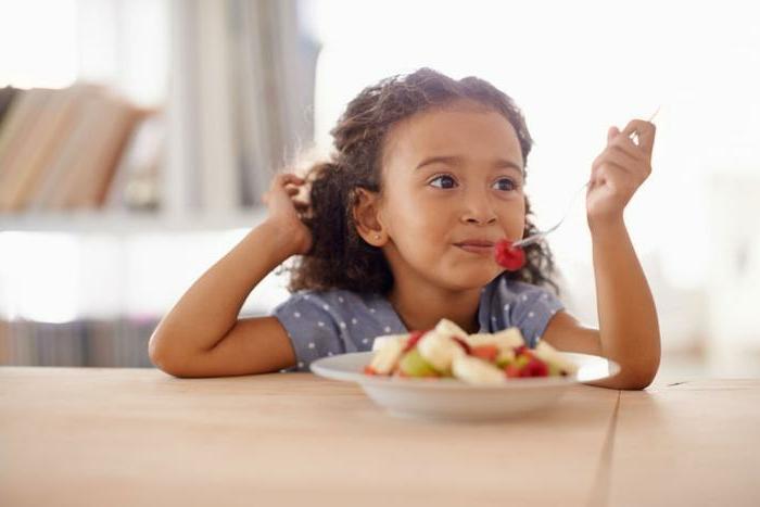 pequeña niña comiendo frutas, desayunos con frutas ricos y faciles de preparar en casa, fotos con ideas de comdias ricas