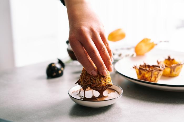 recetas para pascua originales, nido de pasta undido en chocolate derretido, ideas de dulces de semana santa en fotos