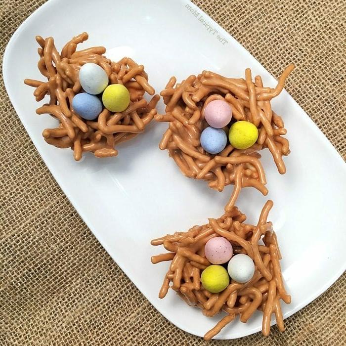 nidos de pascua de pretzels y chocolate deocrados con huevos de azucar, postres faciles y rapidos de hacer en casa