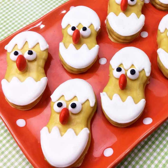 postres faciles y rapidos de hacer en casa, galletas con glaseado blanco en forma de pollo, ideas de recetas de dulces y postres