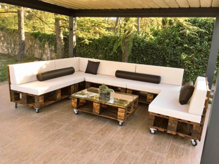 mesas hehcas con palets con ruedas, ideas sobre como amueblar una terraza grande con muebles de reciclaje, sofas hechos con palets