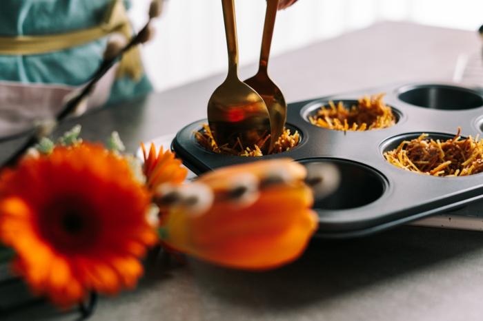 fideos fritos en moldes de magdalenas, originales ideas sobre ocmo hacer postres de semana santa, comidas dulces ricas