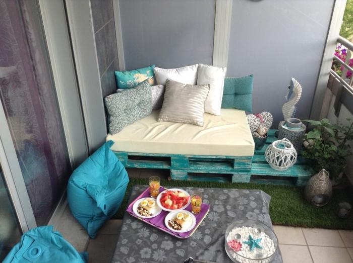 sofá de palets pintados en color verde, muebles de reciclaje para una terraza pequeña, foots de sofas hechos con palets