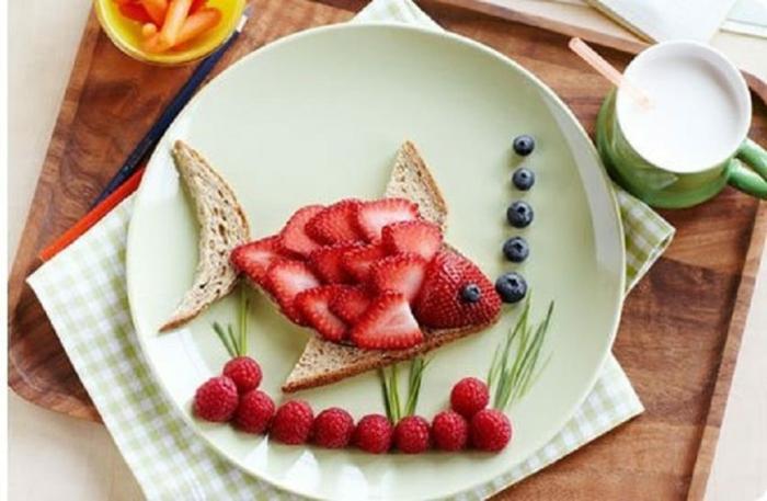 divertidas ideas de desayunos con frutas tostadas con fresas, frambuesas y arandanos, comidas ricas y ligeras para tu niño